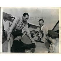1941 Press Photo Pilot Hume Congratulated By WW Watson For Being 1st Briton