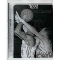 1962 Press Photo Adrian Smith of Cincinnati, Cleo Hill of Hawks