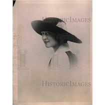1922 Press Photo model showing off black velvet hat