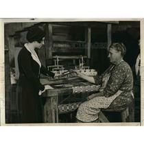 1930 Press Photo Eleanor Schmidt & Mrs Lucy Banks with hand loom
