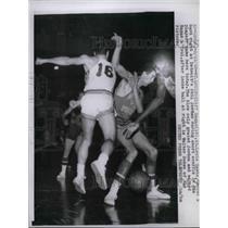 1958 Press Photo Cliff Hagan of St. Louis Hawks, Phil Jordan of Detroit Pistons