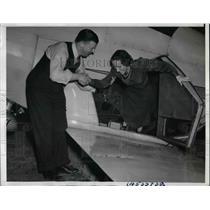 1939 Press Photo Pilot Bill Lear Helps Moya Olsen Comedian Crash plane