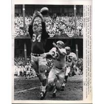 1958 Press Photo Lions' Dave Middleton stretches for pass from Tobin Rote