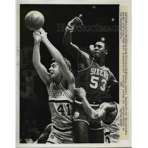 1980 Press Photo Darryl Dawkins of Philadelphia, Bill Laimbeer of Cleveland