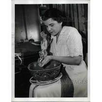 1942 Press Photo Miss Lushnaya Shells an Ear of Dried Corn Before Pounding It