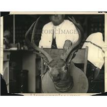 1923 Press Photo man with a mounted deer head - nea60583