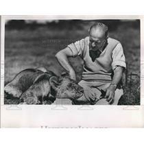 Press Photo Attilie Gatti Explorer with Cat - nea64495