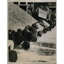 1938 Press Photo Peanut Pushing race North Carolina Peanut market