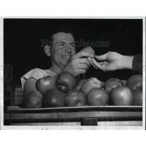 1943 Press Photo Walter J. Plants Aviation Cadet Polishing Apples At Field