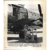 1948 Press Photo Part Of Shipment Of 60,000 Pounds Of Food Loaded Into Airplane