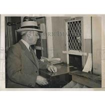 1938 Press Photo Lonnie Gray, pari-mutuel seller at Santa Anita Track