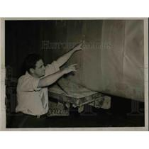 1938 Press Photo Mike Kenny Points Out Damaged Wing Due To Loading Plane