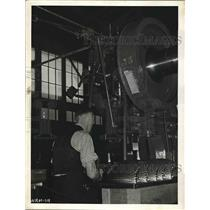 1940 Press Photo Canadian Factory Worker Operating Machine for Magazine Clips