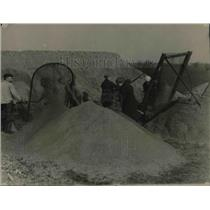 1923 Press Photo Woman Labor Sifting Grave at Wesel Germany