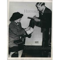 1937 Press Photo Mrs. Marjorie Bishop speaking to reporter