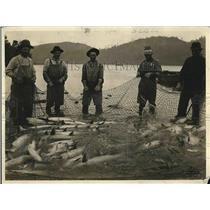 1923 Press Photo Fishermen with a small seine net & their catch - nea78609