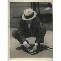 1925 Press Photo Bostonian fries egg on city pavement on hot day