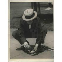 1925 Press Photo Bostonian fries egg on city pavement on hot day - nea80012