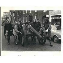 1971 Press Photo Students Using Makeshift Cannon During Demonstration Protest