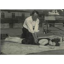1922 Press Photo demonstration of how to save a drowning victim