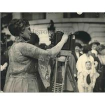 1922 Press Photo  First Lady Mrs Harding,  & a movie camera