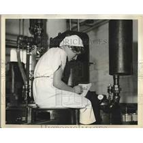 1932 Press Photo Coffee cans being checked out by worker - nea83852