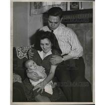 1946 Press Photo Mr.,Mrs. Robert and Caroll Ann Trezise, Plane Flight for Baby