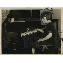 1926 Press Photo Betty Nolan New York's Most Healthy Girl Playing Piano