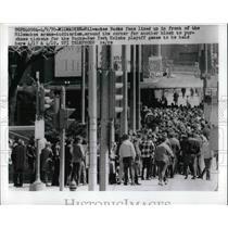 1970 Press Photo Milwaukee Bucks Fans Outside Milwaukee Arena-Auditorium