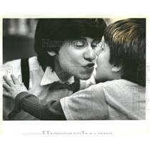1983 Press Photo Brett gets kiss from Marilyn - RRT92183