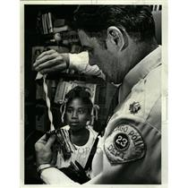1980 Press Photo Police Officer Child Plastic Lakeview - RRT39049