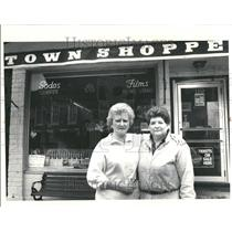 1988 Press Photo Landmark Towne Shoppe Cafe Anne Foley - RRT30747