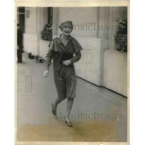 1928 Press Photo Actress Marjorie Kane Strolls Down Park Avenue