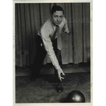 1932 Press Photo Bowler Pete Mercurio demonstrates his release