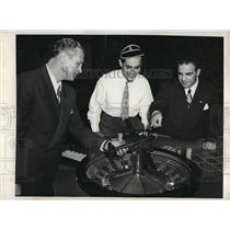 1946 Press Photo Eddie Alias and Duke Wiley use a model plane to show Benny