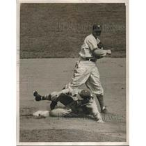 1941 Press Photo New York Giants Pitssburgh Pirates Fletcher Jurges Baseball