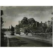 1928 Press Photo Motor Coach Passing Swan Hotel At Tetsworth In London