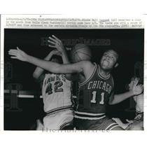 1970 Press Photo Walt Hazzard Gets Slapped by Bulls' Glenn Haskins NBA PLayoffs