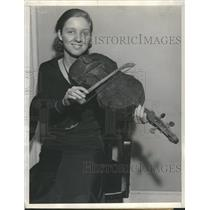 1933 Press Photo Virginia Lightfoot with violin. - RRS62003