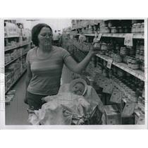 1977 Press Photo Karen Holbrook and Daughter Marian at Pick-N-Pay - neb21154