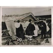 1927 Press Photo Refugees Return for Belongings After Japanese Earthquake