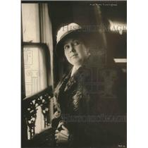 1918 Press Photo Opera Star Miss Ruth Cunningham Next to Window with Grin