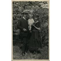 1923 Press Photo Mr and Mrs. E.A. White with their daughter