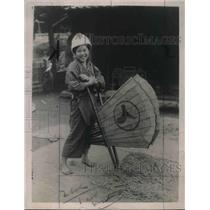 1923 Press Photo Japanese Girl used old bellows fan to blow the chaff.