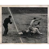 1945 Press Photo Phillie 2nd baseman Garvin Hamner vs Giants Napoleon Reyes