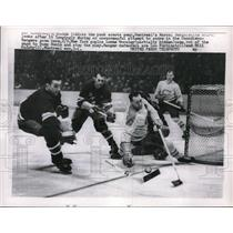 1958 Press Photo Canadien Marcel Bonin vs Rangers Lorne Worsley