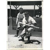 1935 Press Photo Ray Hayworth lays down a bunt