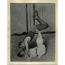 1933 Press Photo Takeo Fujiwara Demonstrates Way of Flattening Adversary
