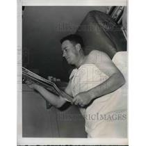 1939 Press Photo Cy Blanton of Pittsburgh Pirates Reads Newspaper After Bath