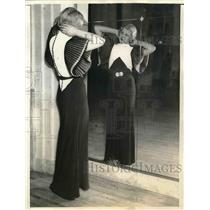 1933 Press Photo Muriel Barr Modeling Black & White Gown at Chicago Fashion Show